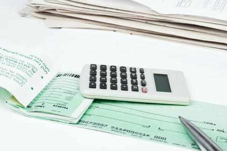 checkbook: Cuenta de tesorer�a, pluma y calculadora aisladas sobre fondo blanco Foto de archivo