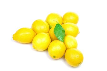 piramide alimenticia: Pir�mide de limones con hojas aisladas sobre fondo blanco