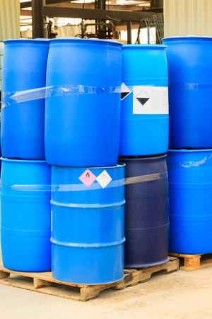 chemical risk: Barriles azules en una planta química