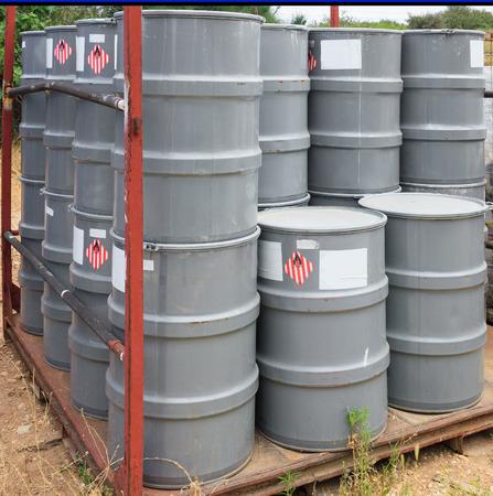 riesgo quimico: Barriles grises viejos en una planta química