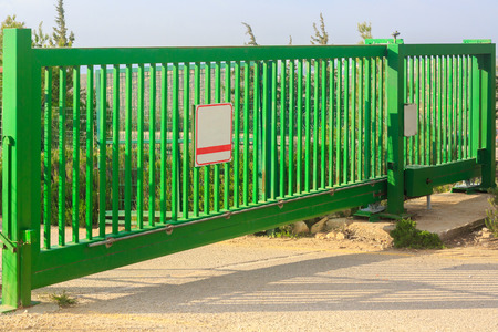 緑の電気のゲート