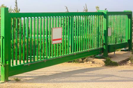 Grüne elektrische Tore Standard-Bild - 34870265