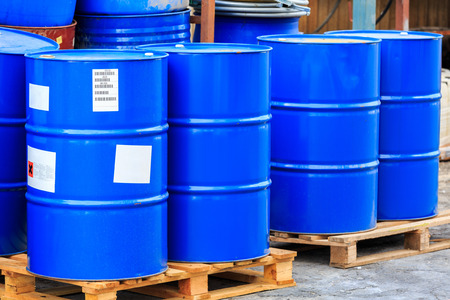 riesgo quimico: Barriles azules grandes se colocan en paletas de madera en una fábrica de productos químicos