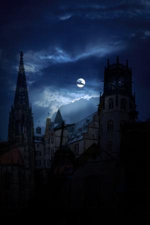 castillos: Castillo medieval misterioso y la iglesia catedral en la noche sobre un fondo de la luna llena