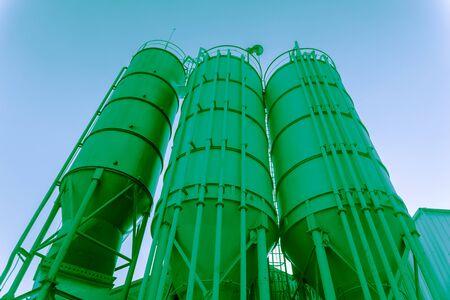 industria quimica: Tres torres de tonos verdes en una fábrica de productos químicos