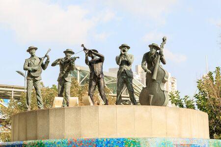 azrieli: TEL-AVIV, ISRAEL - JANUARY 22, 2016: Statue of five musicians in a fountain near the Azrieli