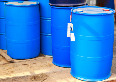 riesgo quimico: Algunos barriles de plástico azul en una fábrica de productos químicos