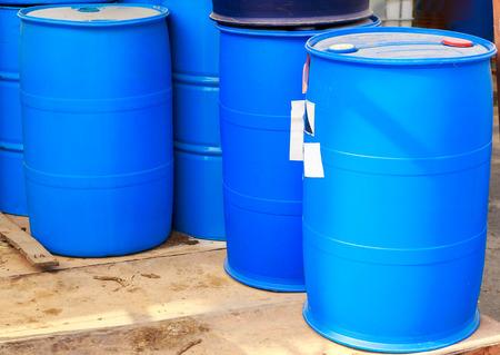 symbole chimique: Certains barils bleus en plastique sur une usine chimique Banque d'images