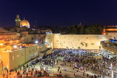 shabat: Jerusal�n, Israel - Julio 01, 2016: la oraci�n de Shabat en el Muro de los Lamentos en Jerusal�n
