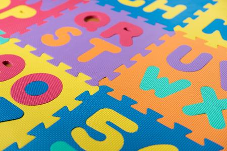 다채로운 거품 ABC 퍼즐  바닥 매트의 섹션입니다. 스톡 콘텐츠