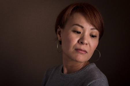 悲しい探して真ん中のヘッドには、日本人女性が高齢者。