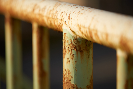 Rusty old poles on an iron fence with a very shallow depth of field. 版權商用圖片