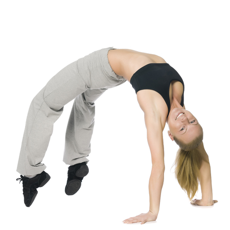Fitness meisje die zich uitstrekt. Geïsoleerd op wit