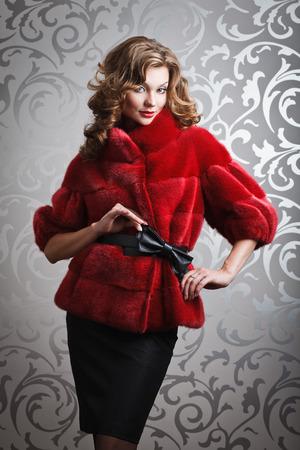 visone: bella donna in visone rosso cappotto di pelliccia