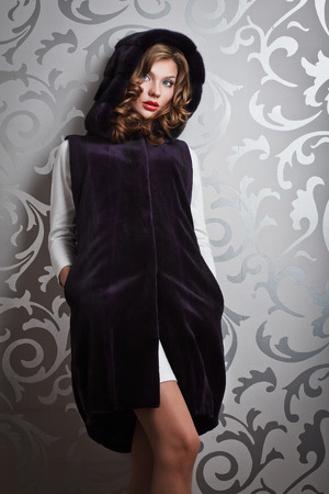 visone: bella ragazza in marrone visone cappotto di pelliccia