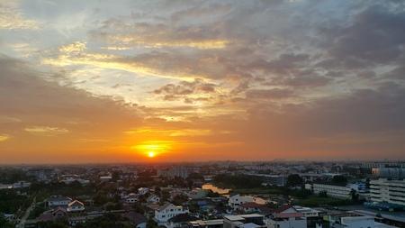 amanecer: brillo del sol hacen que el efecto de terciopelo nube Foto de archivo