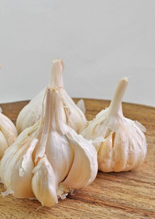 garlic bulbs on wooden platform