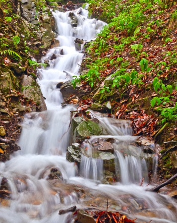 kleine waterval van zoet water in Himalaya
