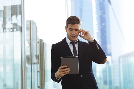 Zakenman met behulp van een mobiele telefoon en een digitale tablet