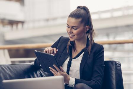 Portret van een zakenvrouw met behulp van een digitale tablet