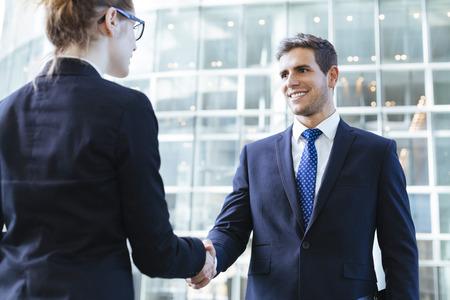 persona de pie: La gente de negocios apret�n de manos