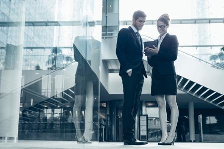 dos personas platicando: Gente de negocios reuni�n