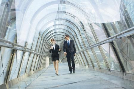 Mensen uit het bedrijfsleven lopen in een financieel dristrict