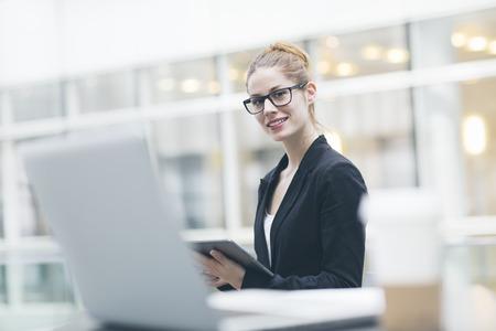 Zakenvrouw met behulp van een digitale tablet