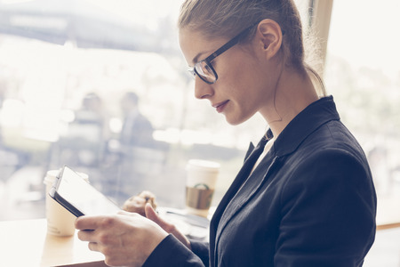 sexy woman standing: Empresaria que tiene un descanso para tomar caf�