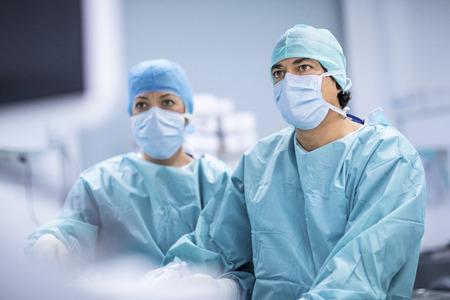 Chirurgen Durchführung von Operationen in OP. Standard-Bild - 67025878