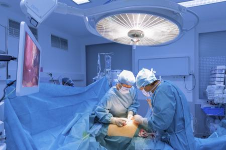 외과 수술 극장에서 수술을 수행합니다. 스톡 콘텐츠