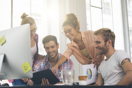 새로운 프로젝트에 사무실에서 근무하는 젊은 비즈니스 사람들 스톡 콘텐츠