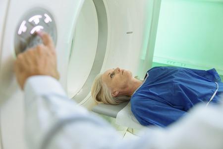 Radiologic Technician en patiënt wordt gediagnostiseerd gescand en we