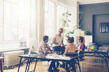Jonge zakenmensen werken op kantoor op nieuw project Stockfoto