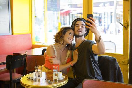 Jong stel een bezoek aan Parijs Stockfoto