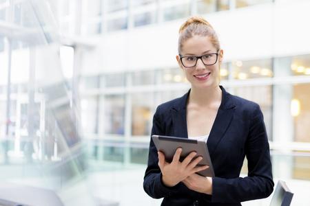 Zakenvrouw met behulp van een Tablet PC