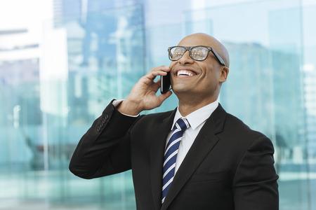 Afro-Amerikaanse zakenman praten over de mobiele telefoon