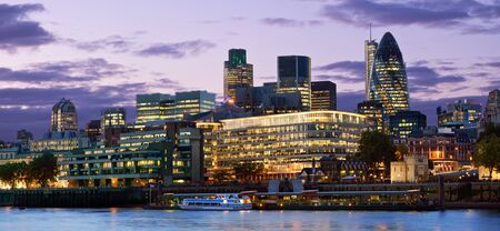 View of City (business district) over the Thames River at night. Stockfoto