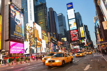 New York city, Traffic in Times square by night 新聞圖片