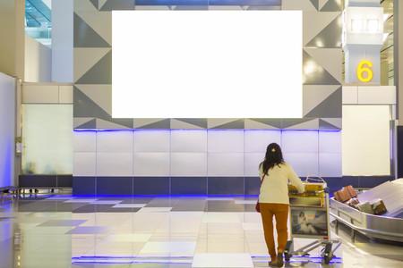 beau panneau publicitaire vierge au fond de l'aéroport grande publicité LCD Banque d'images