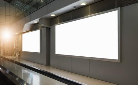 hermoso cartel publicitario en blanco en el fondo del aeropuerto gran anuncio LCD