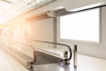 bellissimo cartellone pubblicitario vuoto sullo sfondo dell'aeroporto grande pubblicità LCD