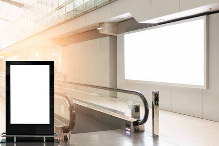 cartellone pubblicitario vuoto sullo sfondo dell'aeroporto grande pubblicità LCD Archivio Fotografico