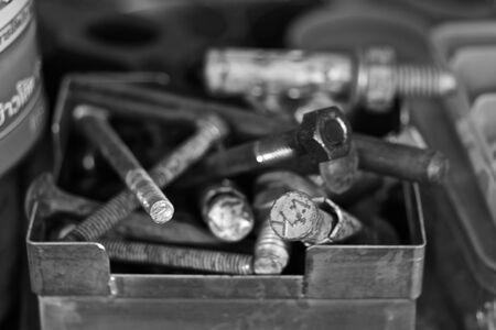 tuercas y tornillos: Una caja de tuercas, pernos y tornillos Foto de archivo