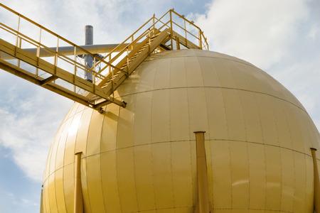산업용 오일 밀의 노란색 구형 저장 탱크 스톡 콘텐츠