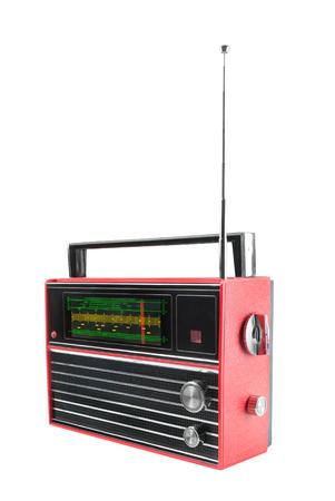 Ansicht von der Seite des alten tragbaren Radioempfängers des roten Transistors mit Teleskopantenne. Isoliert auf weißem Hintergrund