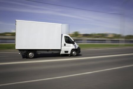 White Delivery Van Speeding on Highway Stockfoto