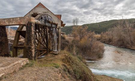 molino de agua: Molino de agua de madera tradicional