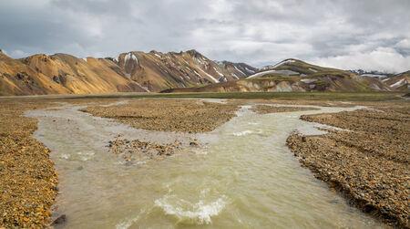 unbelievable: Landmannalaugar incre�ble paisaje con turistas caminando y el r�o, Islandia Foto de archivo