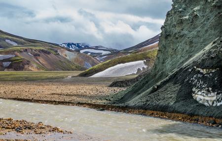 unbelievable: Landmannalaugar incre�ble paisaje con turistas, el r�o y la monta�a verde